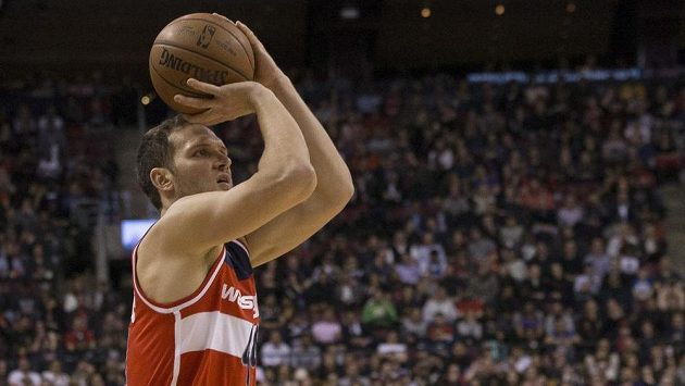 Bojan Bogdanovic z Washingtonu Wizards v duelu s Torontem.