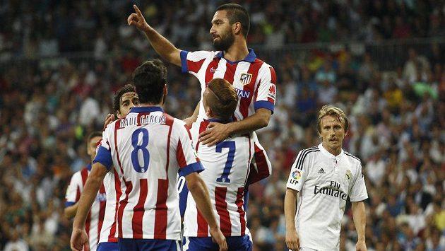 Turecký reprezentant Arda Turan (nahoře) vstřelil před časem vítězný gól Atlétika Madrid na půdě městského rivala Realu.