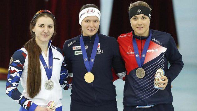 Karolína Erbanová s bronzovou medailí ze závodu na 500 m na ME v Kolomně. Vedle české závodnice vítězná Rakušanka Herzogová a stříbrná Ruska Golikovová.