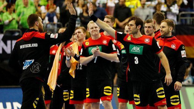Němečtí házenkáři se radují z triumfu na MS v házené proti spojenému korejskému týmu.