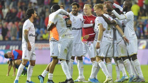 Hráči Antverp se radují po utkání. V Plzni sice prohráli 1:2 po prodloužení, ale díky výhře v prvním utkání 1:0 a většímu počtu vstřelených branek na soupeřově hřišti belgický tým postupuje.