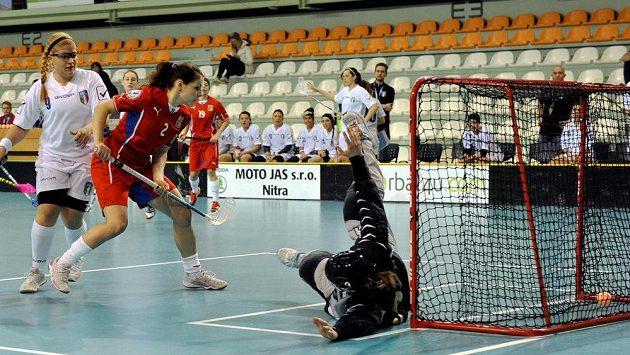 Česká florbalistka Zuzana Hubáčková (v červeném dresu) překonává italskou brankářku Albertu Francovou.