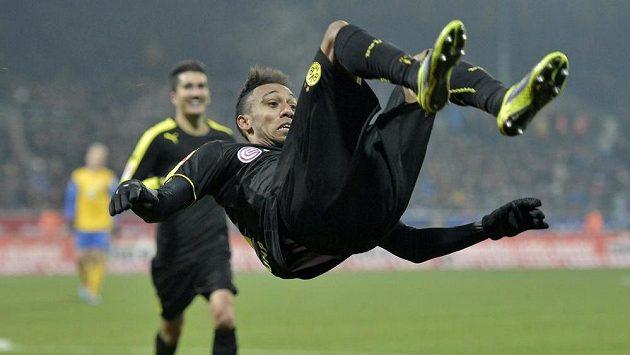 Útočník Dortmundu Pierre-Emerick Aubameyang slaví jeden ze svých dvou gólů do sítě Braunschweigu.