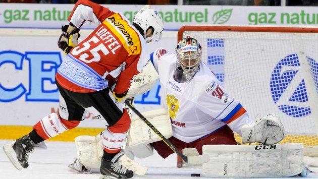 Švýcarský hokejista Romain Loeffel (vlevo) v přípravném duelu s Ruskem. Teď posílí národní tým na MS v Praze.