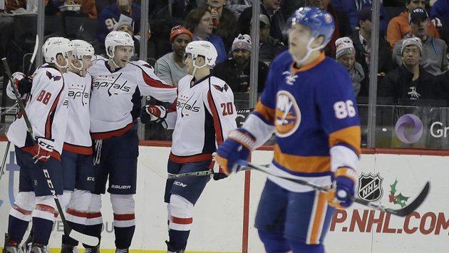 Hokejisté Washingtonu se radují ze vstřeleného gólu Justina Williamse v zápase proti New Yorku Islanders, druhý zleva je Jakub Vrána.
