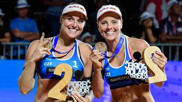 Plážové volejbalistky Barbora Hermannová (vlevo) a Markéta Nausch Sluková.