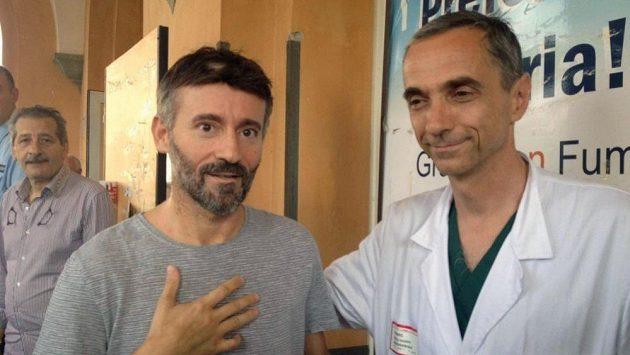 Max Biaggi opouští nemocnici po vážném zranění při tréninku na supermoto.