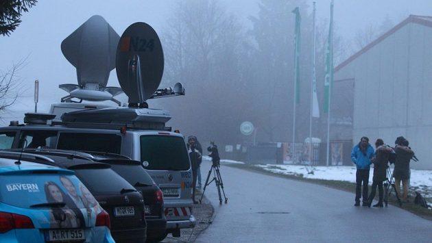 Novináři v bavorském Rothenfeldu marně vyhlížejí propuštěného Uliho Hoenesse.