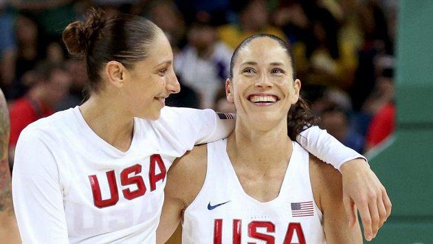 Američanky Diana Taurasiová (vlevo) a Sue Birdová po triumfu ve finále.