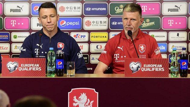 Kapitán české fotbalové reprezentace Marek Suchý (vlevo) a trenér Jaroslav Šilhavý na tiskové konferenci před utkáním kvalifikace mistrovství Evropy s Černou Horou v Olomouci.