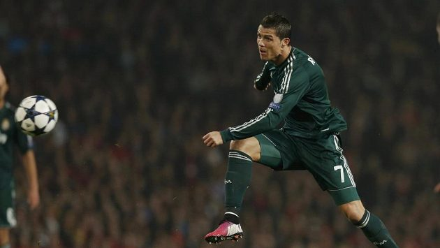 Fotbalista Realu Madrid Cristiano Ronaldo střílí na Old Trafford v utkání proti Manchesteru United.