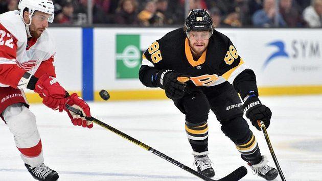 Český útočník David Pastrňák zpečetil 42. gólem v sezoně vítězství hokejistů Bostonu v utkání NHL nad Detroitem 4:1.