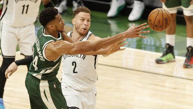 Basketbalista Milwaukee Bucks Janis Adetokunbo (34) přihrává přes Blakea Griffina (2) z Brooklyn Nets.
