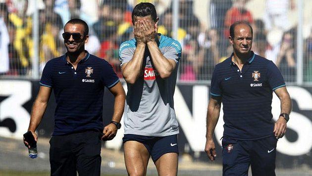 Cristiano Ronaldo (uprostřed) nedokončil čtvrteční trénink Portugalska a hřiště opustil s hlavou v dlaních...