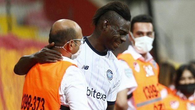 Kontroverzní italský fotbalista Mario Balotelli se i po přestupu do Turecka stará o rozruch. Jednatřicetiletý útočník Adany Demirspor neunesl v duelu s Konyasporem své předčasné vystřídání a zlost si vylil na jednom ze spoluhráčů.