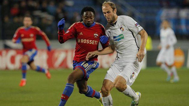 Plzeňský zadák Roman Hubník (vpravo) bojuje o míč s Ahmedem Musou z CSKA Moskva.