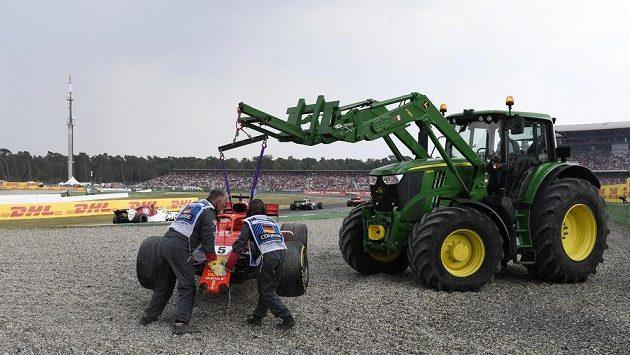 Vettelův monopost musel při Velké ceně Německa odvézt traktor.