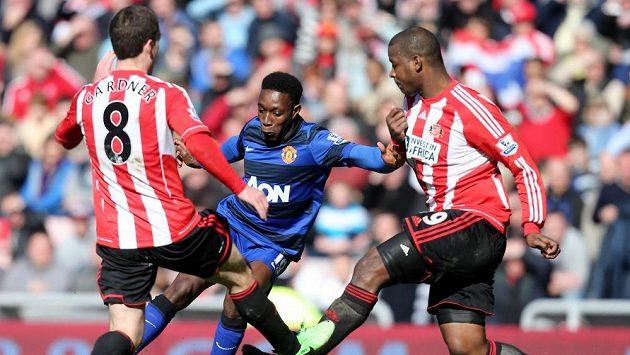 Danny Welbeck z Manchesteru United (uprostřed) se snaží prosadit mezi Craigem Gardnerem (vlevo) a Titusem Bramblem ze Sunderlandu.