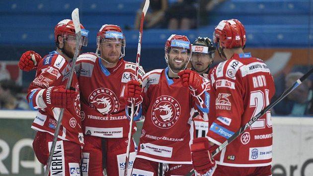 Hokejisté Třince se radují z branky.
