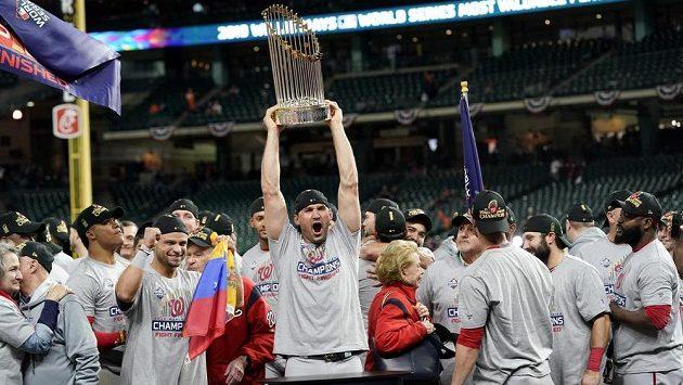 Baseballista Washingtonu Nationals Yan Gomes se raduje s trofejí pro vítěze Světové série.