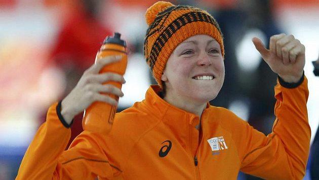 Nizozemská rychlobruslařka Jorien ter Morsová slaví zlatou medaiali v závodu na 1500 metrů na olympiádě v Soči.