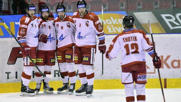 Hokejisté Olomouce se radují z gólu, druhý zleva jeho autor Pavel Musil.