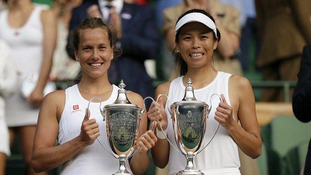 Barbora Strýcová (vlevo) a Sie Šu-wej Tchaj-wanu s trofejemi za triumf ve Wimbledonu