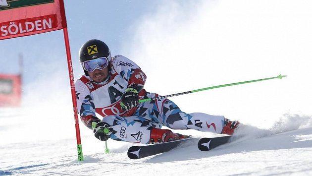 Rakouský lyžař Marcel Hirscher během obřího slalomu v Söldenu.