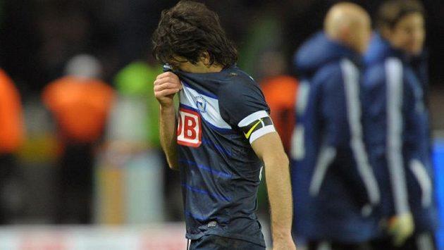 Zdrcený Levan Kobiašvili odchází po utkání z trávníku