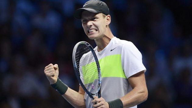 Vítězné gesto Tomáše Berdycha po triumfu nad Francouzem Jo-Wilfriedem Tsongou na Turnaji mistrů