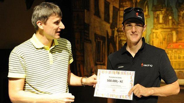 Šéf komise horských kol Českého svazu cyklistiky Petr Marek (vlevo) předává Jaroslavu Kulhavému šek na půl miliónu korun.