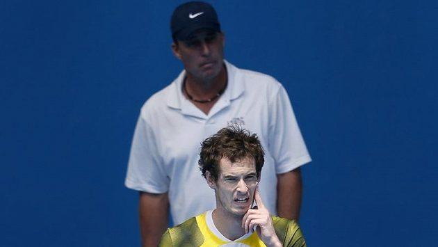 Britský tenista Andy Murray při tréninku v Melbourne Parku pod pečlivým dohledem trenéra Ivana Lendla (vzadu).