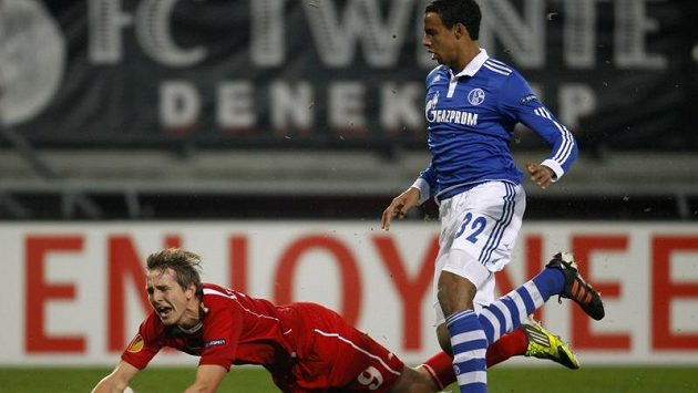 Kamerunský fotbalista Joel Matip (vpravo) se Luuka de Jonga ani nedotkl.