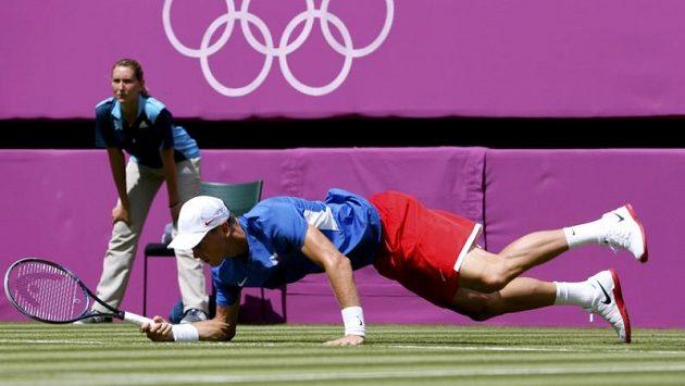Tomáš Berdych také poznal nástrahy londýnské trávy