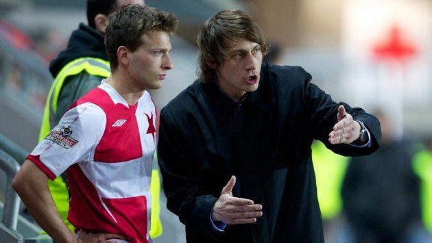 Trenér Slavie Martin Poustka udílí taktické pokyny Danielovi Veselému.