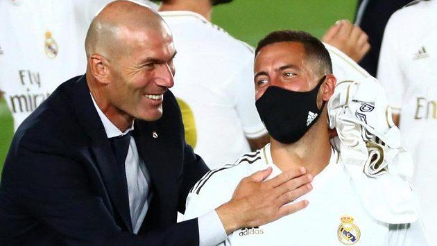 Hvězda fotbalového Realu Madrid Eden Hazard (vpravo) a trenér Bílého baletu Zinédine Zidane.