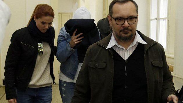Policie takhle příváděla k soudu náměstkyni ministryně školství Simonu Kratochvílovou, která je obviněna v případu okolo šéfa fotbalu Miroslava Pelty.
