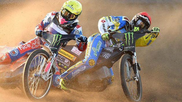 Ruský reprezentant Grigorij Laguta (vlevo) a Švéd Fredrik Lindgren bojují v semifinále mistrovství světa družstev.