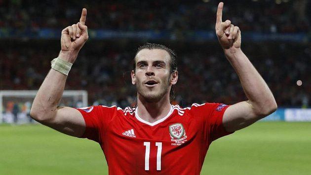 Velšská hvězda Gareth Bale slaví postup týmu do semifinále ME. V něm nastoupí proti klubovému spoluhráči z Realu Madrid Cristianu Ronaldovi.