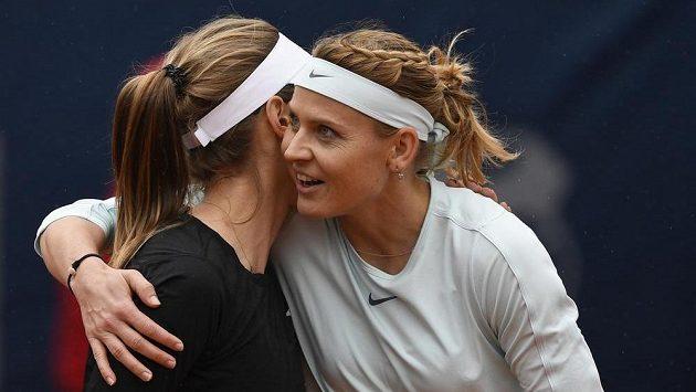 České tenistky Lucie Šafářová (vpravo) a Barbora Štefková po utkání čtyřhry se slovensko-japonskou dvojicí Jana Sizikovová, Makoto Ninomijová.