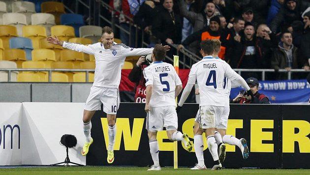 Fotbalisté Dynama Kyjev se radují z branky Andreje Jarmolenka (vlevo) během utkání s Evertonem.