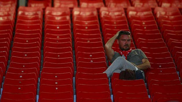 Fanoušek Liverpoolu sedící v hledišti Anfield.