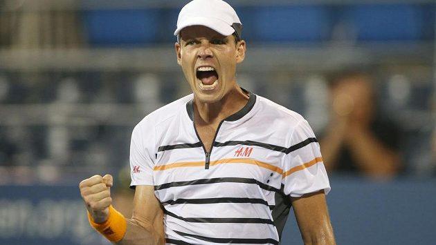 Vítězné gesto Tomáše Berdycha po postupu do čtvrtfinále US Open.