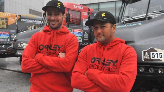 Piloti Tomáš Vrátný (vlevo) a Artur Ardavičus z Kazachstánu z týmu Bonver Dakar Project před odjezdem na Rallye Dakar.