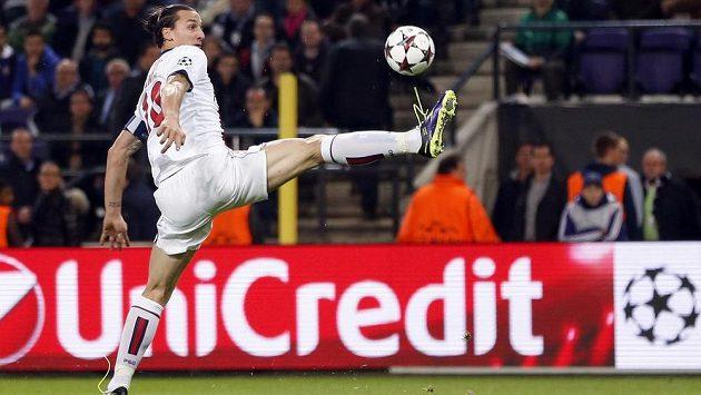 Akrobatická pozice - v těch si střelec PSG Zlatan Ibrahimovic libuje.