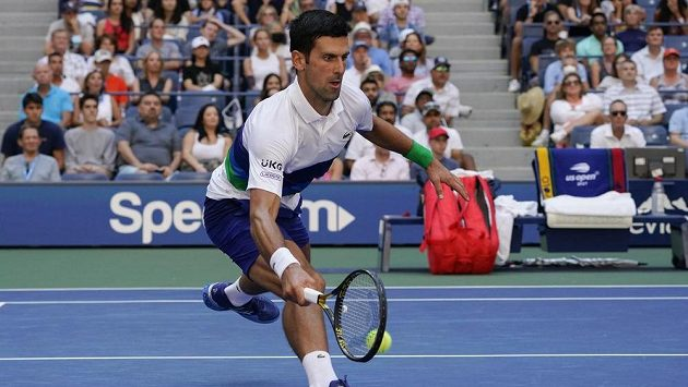 Novak Djokovič ze Srbska během zápasu třetího kola US Open proti Japonci Nišikorimu.