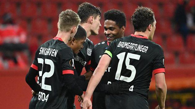 Hráči Leverkusenu se radují po prvním gólu proti Slavii.