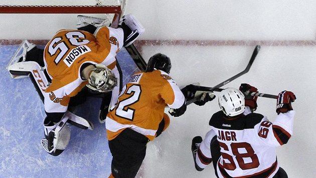 Útočník New Jersey Devils Jaromír Jágr (68) střílí gól brankáři Flyers Stevemu Masonovi (35).