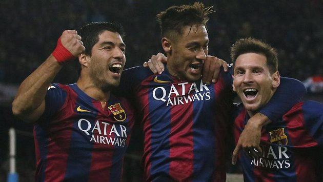 Útočníci Barcelony zleva Luis Suárez, Neymar a Lionel Messi se radují z vítězství nad Atlétikem Madrid.