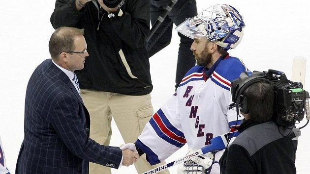 Trenér Pittsburghu Dan Bylsma (vlevo) si podává ruku s brankářem New Yorku Rangers Henrikem Lundqvistem po skončení sedmého duelu 2. kola play off NHL.